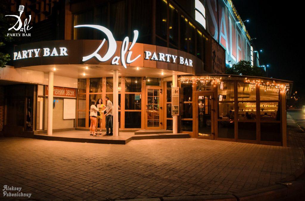 Где развлекаются гости гостиницы? (ТОП-5 мест в радиусе 1 км.) Караоке-бар «Dali»